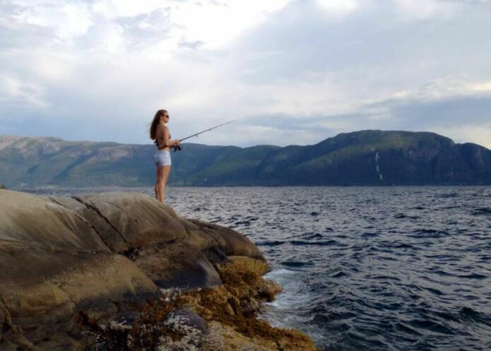 Fiske frå berg langs Sognefjorden – det er sommar for meg. Foto: Privat