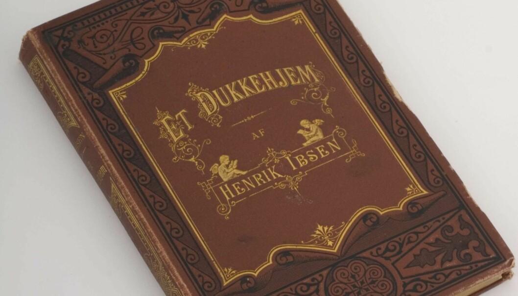 Dette var den første utgaven av Et dukkehjem som var ny i 1879. (Foto: Faksvaag, Jon-Erik /Ibsenmuseet, lisens CC BY-SA 4.0. Lenke nederst på siden)