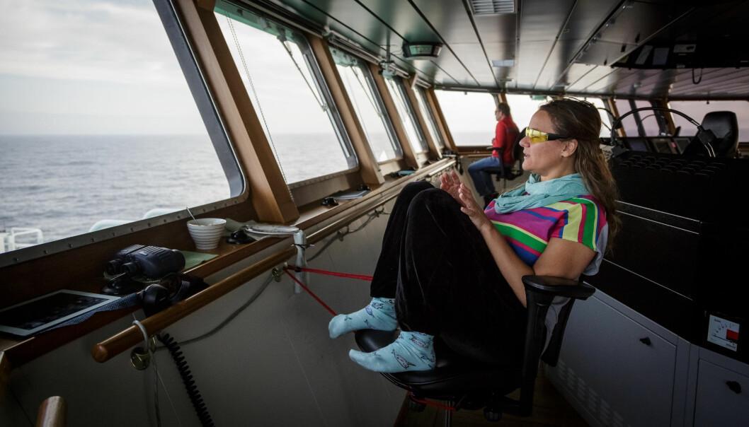 Selv om hvalforskere nå har fått satellittmerking i «verktøykassen», er det fremdeles nyttig å bruke mer tradisjonelle observasjonsmetoder. Her speider hvalobservatør Yasmin Hunt etter havets kjemer under økosystemtoktet i Barentshavet i 2018. (Foto: Erlend Astad Lorentzen / Havforskningsinstituttet)