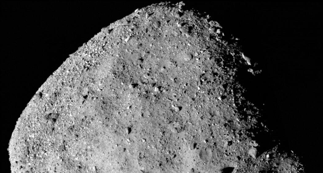 Del av asteroiden Bennu sett fra romsonden OSIRIS-REx. Se hele bildet i bunn av artikkelen. (Bilde: OCAMS (PolyCam)/NASA)