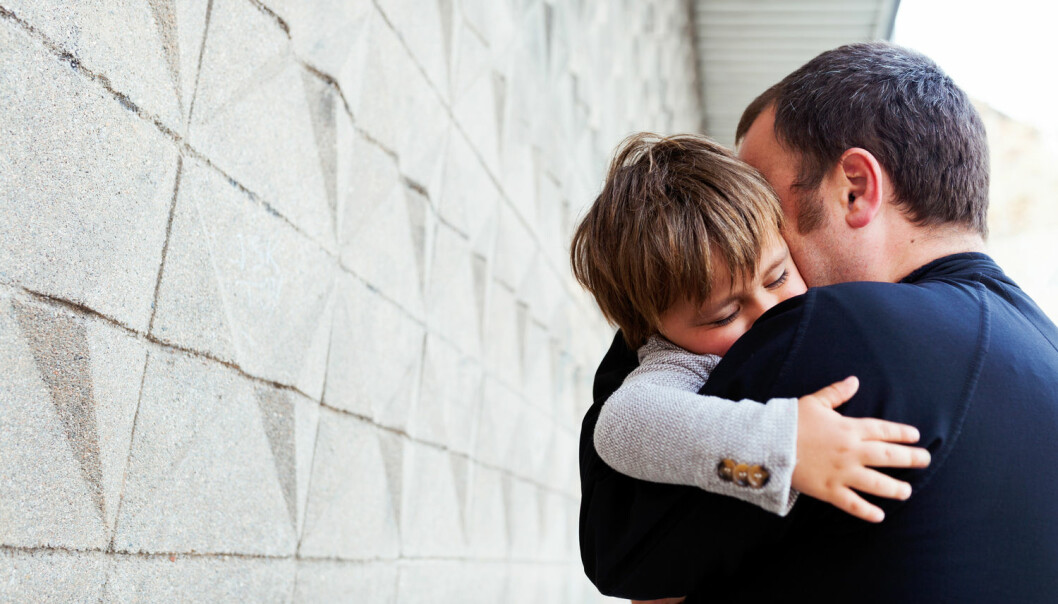 Forsker mener det er viktig at barn får besøke faren sin i fengsel, men at forholdene må legges til rette for det. – Jeg kjenner til at barn har opplevd det som vondt og belastende å besøke far i fengsel, fordi forholdene har vært så dårlig tilrettelagt, sier han. (Illustrasjonsfoto: valbar / Shutterstock / NTB scanpix)