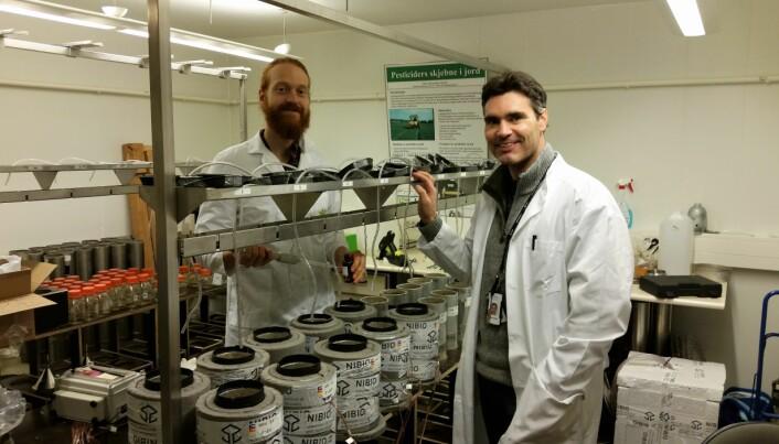Roger Holten (til høyre), doktorgradsstudent ved NIBIO, her med NIBIO-forsker Fredrik Bøe, har undersøkt transporten av plantevernmidler gjennom intakte frosne jordsøyler i laboratoriet. (Foto. NIBIO)