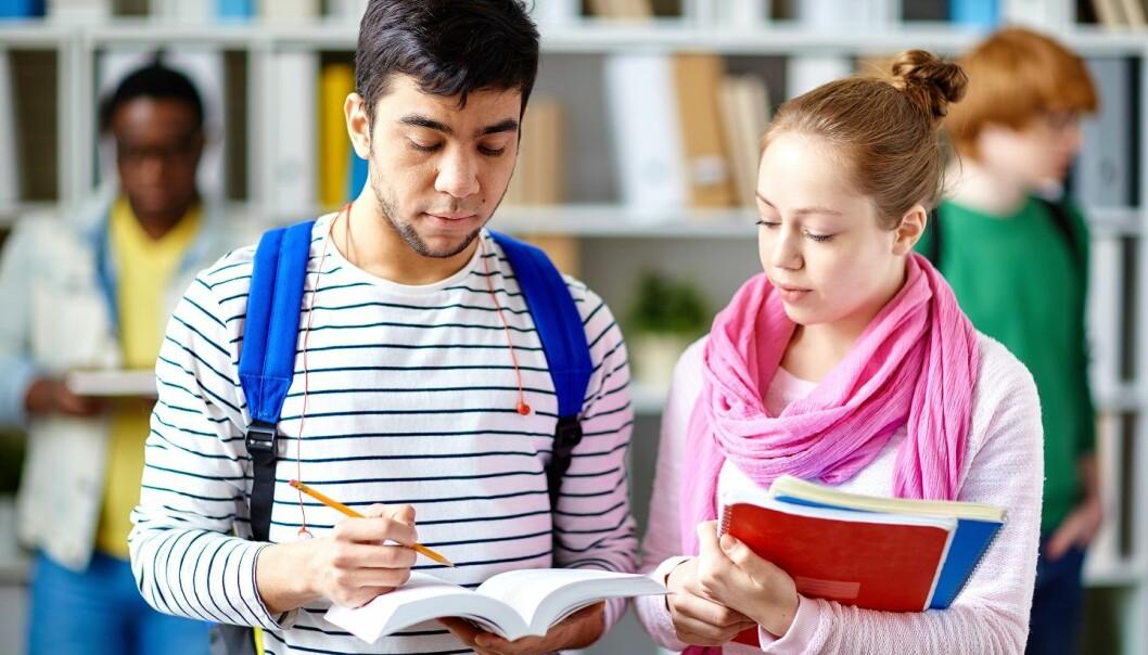 Både elevenes kjønn, studieprogram og leseferdigheter på norsk kan forklare hvor svake eller sterke de er til å lese på engelsk, viser ny studie. (Foto: Colourbox)