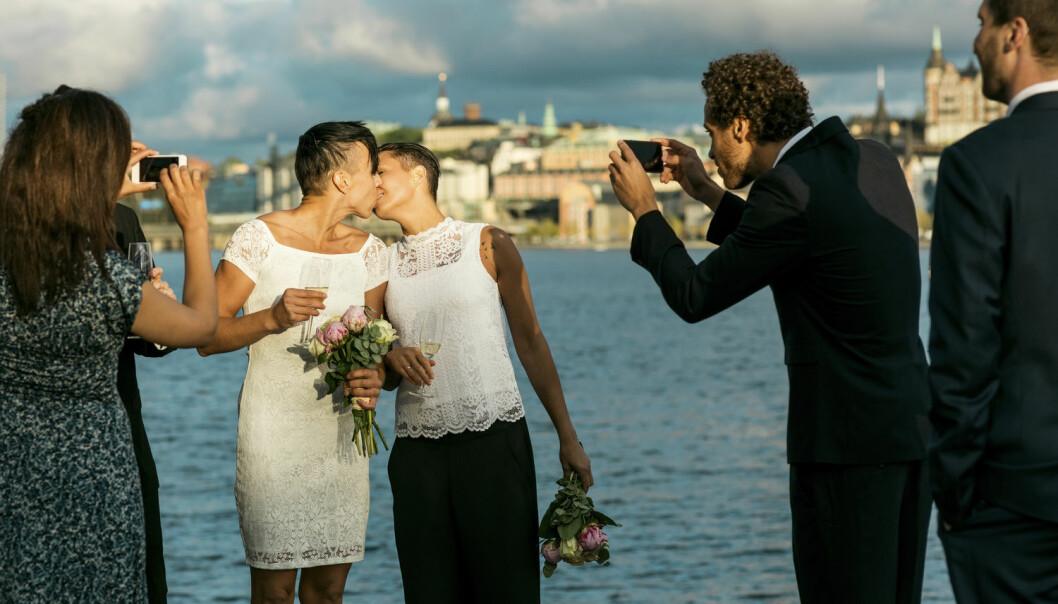 Lesbiske ivrer mer enn homofile etter både å gifte seg og gå fra registrerte partnere til ektefeller. (Foto: Maskot/NTB scanpix)
