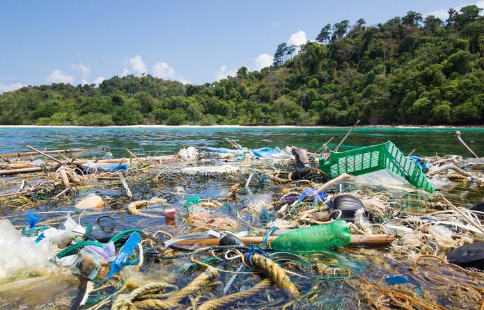 Lokale ansamlinger av plastsøppel som dette finnes flere steder i havet. Men det som omtales som søppelfelt, ser ikke slik ut. Søppelet ligger fordelt i vannmassene, ikke klumpet sammen på overflaten. (Foto: Shutterstock/NTB scanpix)