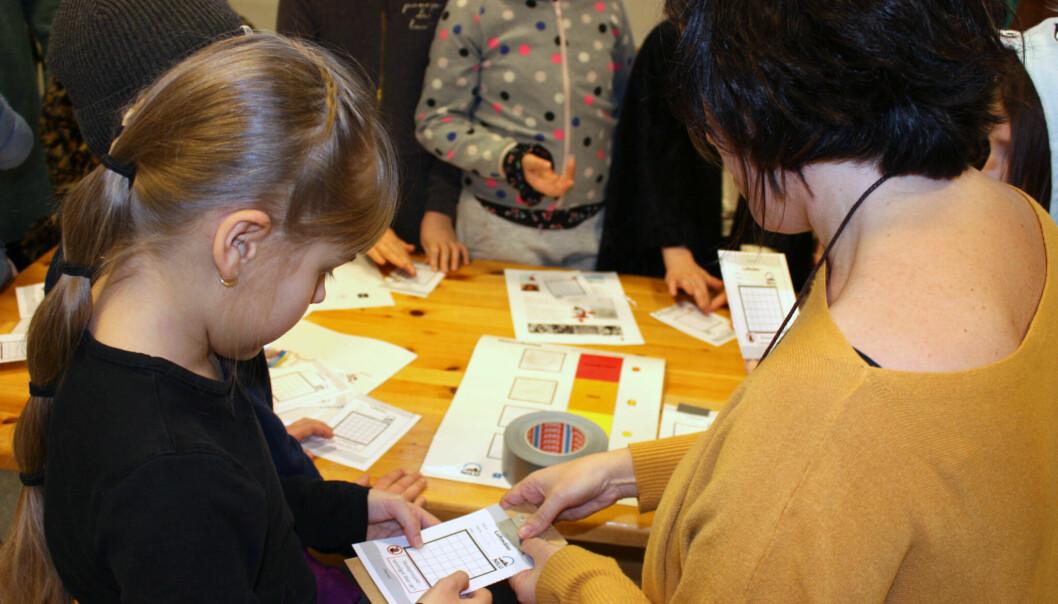 Målekampanjen rundt om i Norge varer til 15. mai. Her viser forsker Núria Castell fjerdeklassingen Elin Bakkerud Depuis på Årvoll skole i Oslo hvordan hun gjør luftmåleren klar til bruk. (Foto: Nilu)