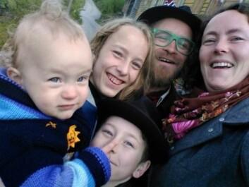 Til småbruket Alvastien kom Hege Iren og Eirik Lillebøe Wiken med flyttelasset for 13 år siden. 2016: Tretten år og tre barn senere. (Foto: Privat)