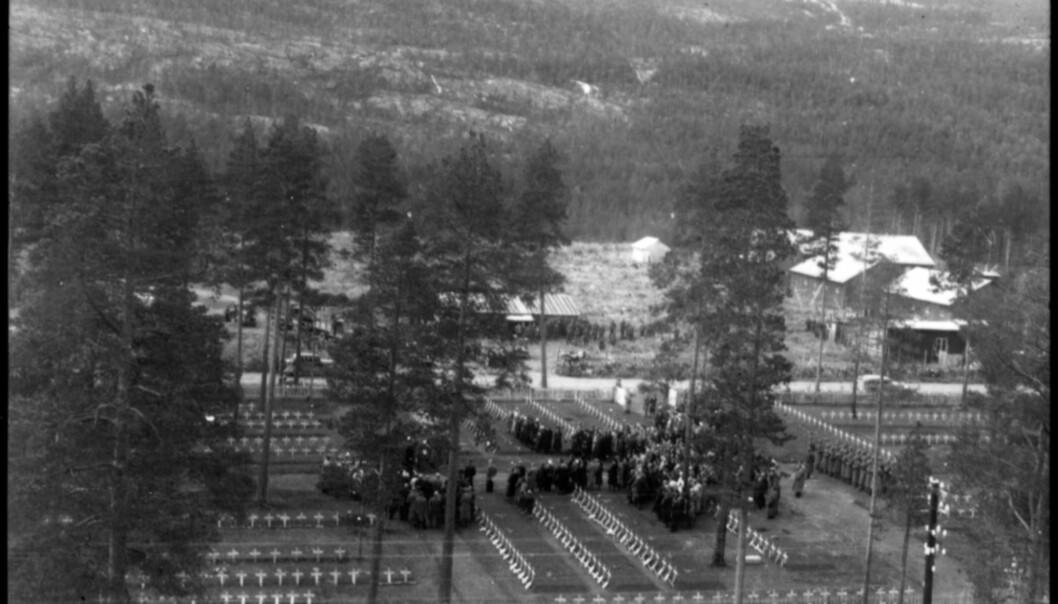 Lokalbefolkningen var forferdet over Operasjon asfalt, der kroppsdeler ble stappet ned i sekker og fraktet bort. Bildet er fra Hestbrinken krigskirkegård i Saltdal 1945.  Alle kors ble fjernet under operasjonen. (Foto: Salten Museum)