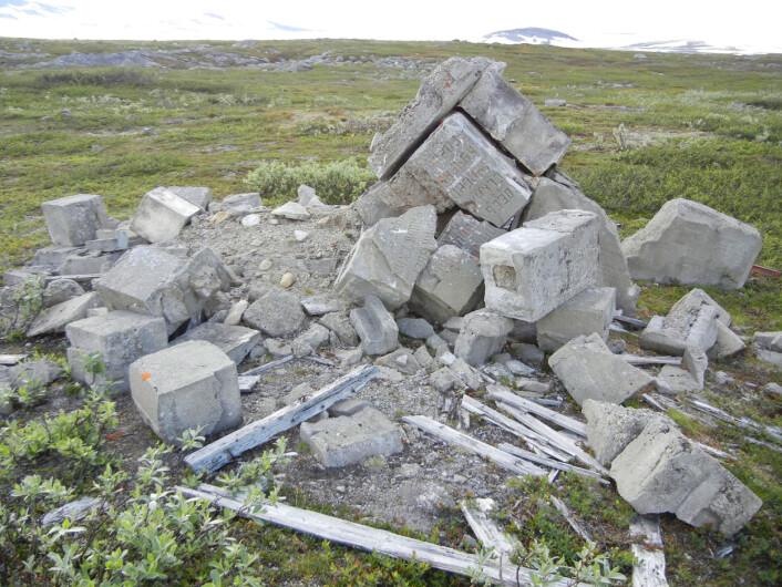 Ødelagt monument ved Bjørnelva. Bildet er tatt i 2012. (Foto: Charles Utvik)