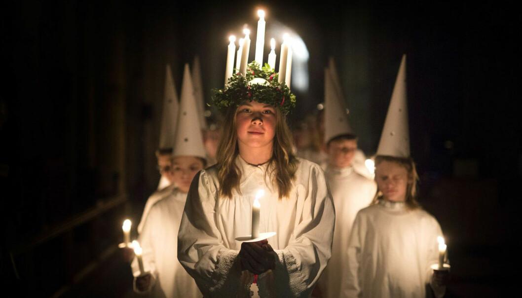 Matilda Jarl fra Stockholm går først i Sankta Lucia-toget i katedralen York Minster fredag 9. desember i år. (Foto: Andrew McCaren/LNP/REX/Shutterstock)