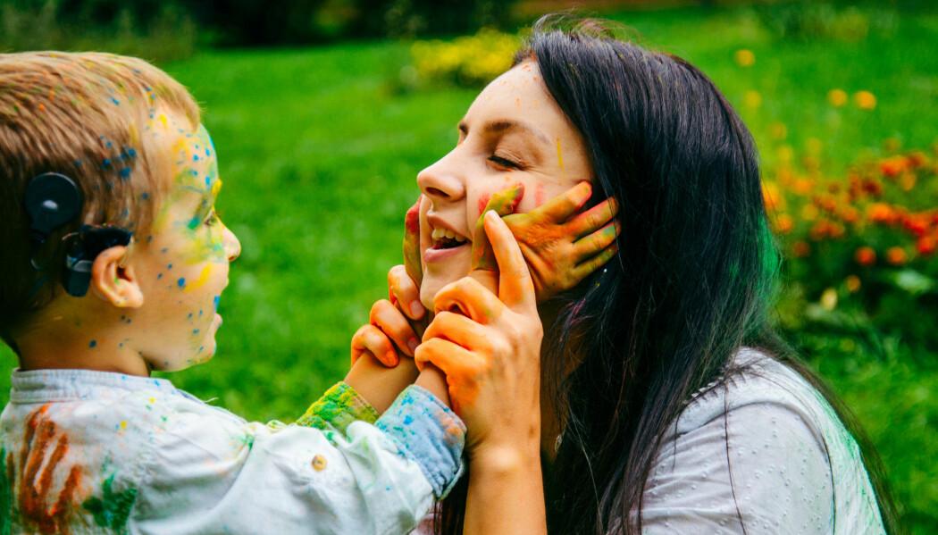 Tidligere forskning har vist at barn som har hørselstap, oftere har psykiske og sosiale vansker, sammenlignet med jevnaldrende som hører normal. Nå viser en ny studie at norske barn med nedsatt hørsel trives like godt som andre barn. (Illustrasjonsfoto: Vera Petrunina / Shutterstock / NTB scanpix)
