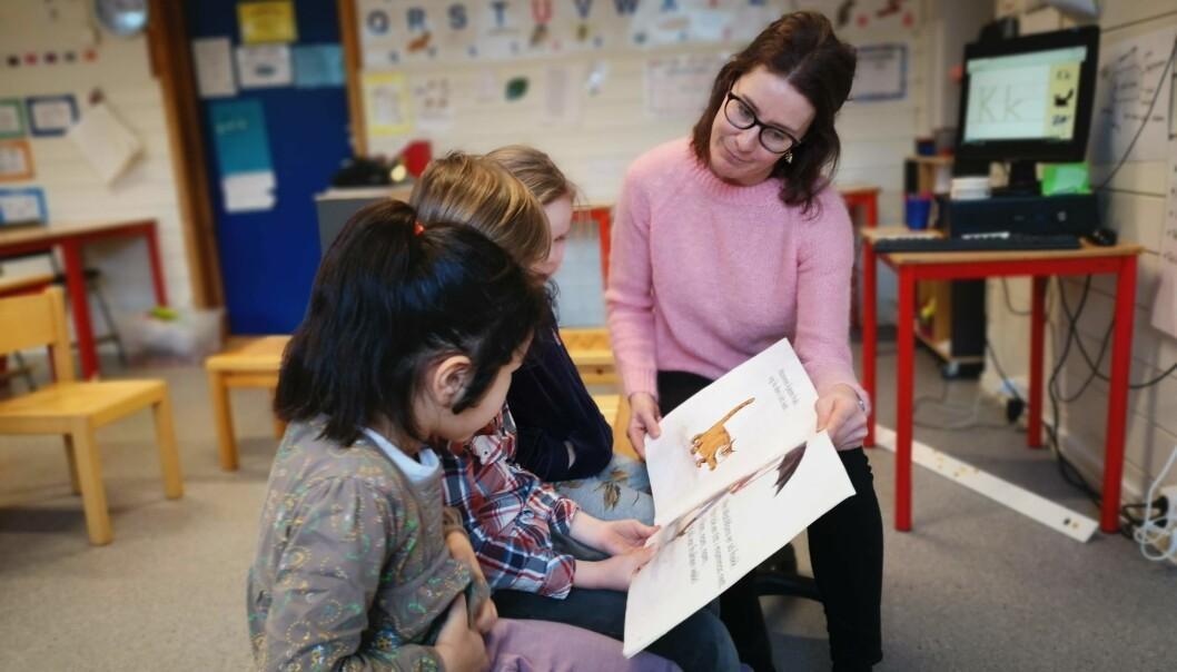 En ny studie viser at når elever føler seg godt likt av læreren, påvirker det også hvor godt de utvikler leseferdighetene sine. For førsteklasselærer Kristin Kraft Kavli gir disse funnene god mening. (Foto: Elisabeth Rongved / UiS)