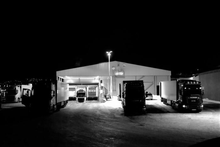 Utenfor det moderne lakseslakteriet i Skjervøy står et titalls trailere klare til å laste laks og starte den strabasiøse ferden sørover (Foto: Eirik Mikkelsen).