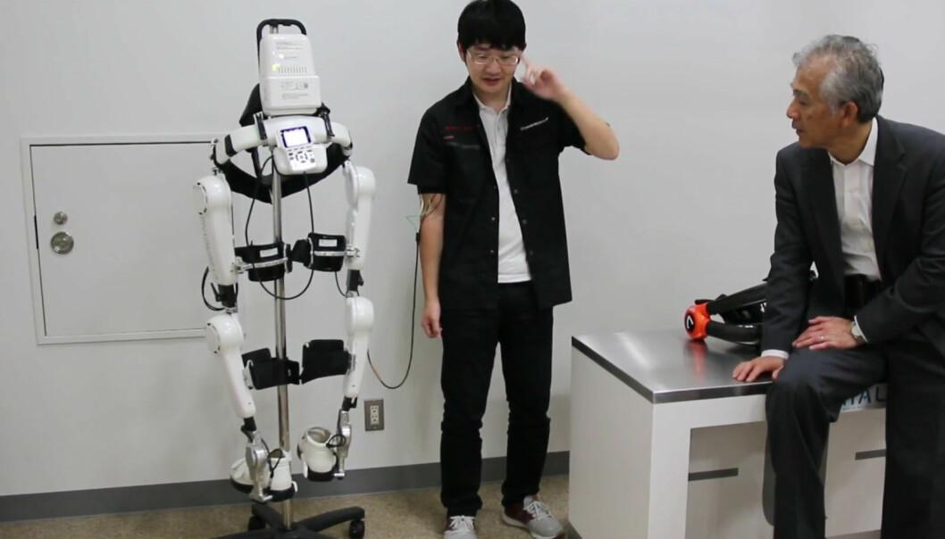 Reiser seg fra rullestolen med robotdress