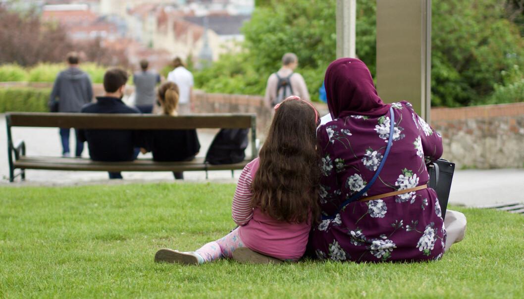 Forskere finner at mange minoritetsforeldre skifter mening om oppdragelse og blir opptatt av å bygge nære relasjoner til barna, på samme måte som trenden i majoritetsbefolkningen. (Illustrasjonsfoto: Colourbox)