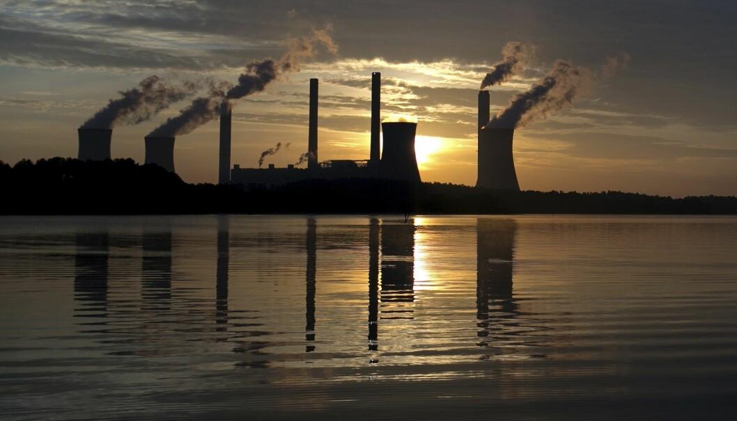 Solnedgang bak et kullkraftverk i Juliette i USA. Kullkraft er en av de største kildene til utslipp av CO2. (Foto: Branden Camp, AP, NTB scanpix)