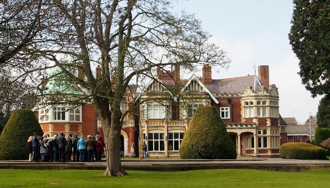 I dag huser Bletchley Park et museum om kodeknekkernes arbeid der under andre verdenskrig. Nå skal en av bygningene, G-blokka, gjøres om til en skole for IKT-sikkerhet. På bildet ser man Bletchley Mansion.  (Foto: Silja Björklund Einarsdóttir/forskning.no)