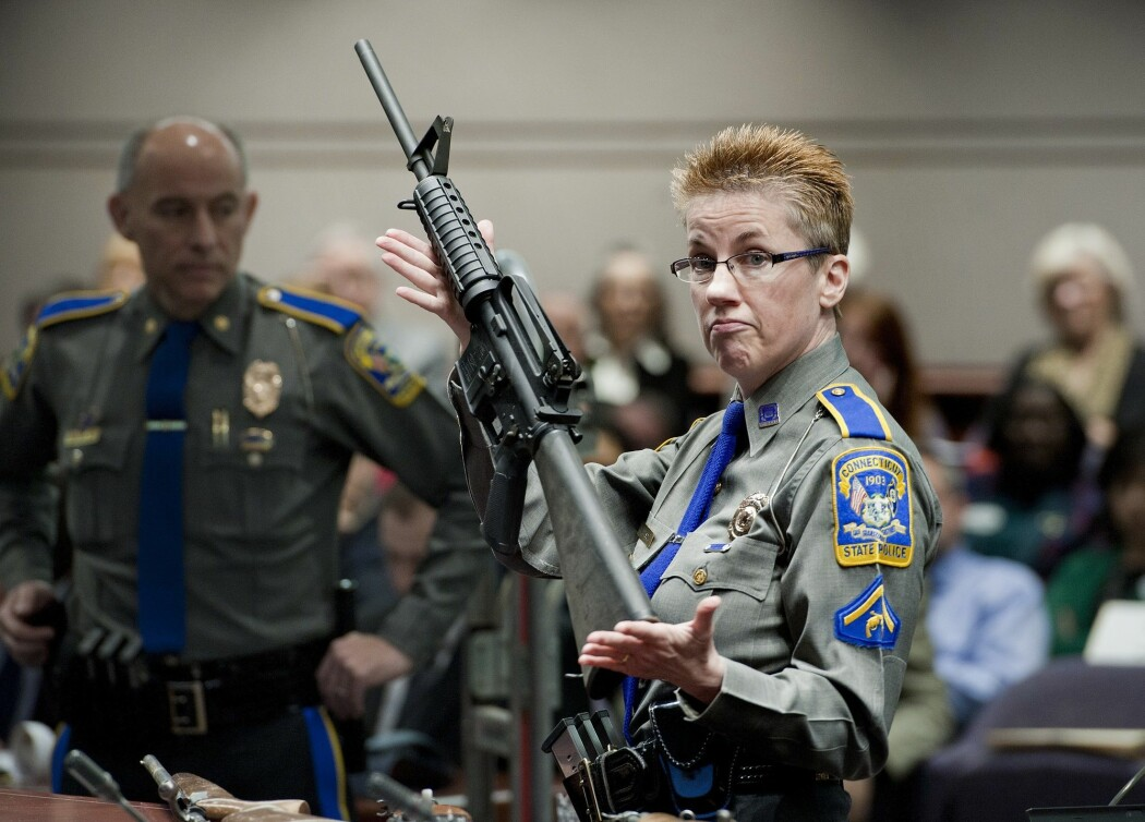 Automatvåpen som dette, som ble brukt under skolemassakren på Sandy Hook Elementary School i Connecticut 2012, der 26 skolebarn og seks ansatte ble drept, kan fritt kjøpes over disk i mange amerikanske delstater. (Foto: AP, NTB scanpix)