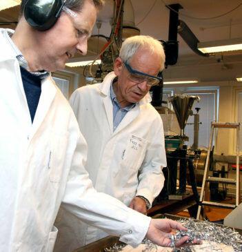 Professor Hans Jørgen Roven ved NTNU og forskningsleder Oddvin Reiso i Hydro er spente på om denne maskinen som skviser aluminium kan komme i produksjon. (Foto: Wenche Margrethe Kulmo/NTNU)