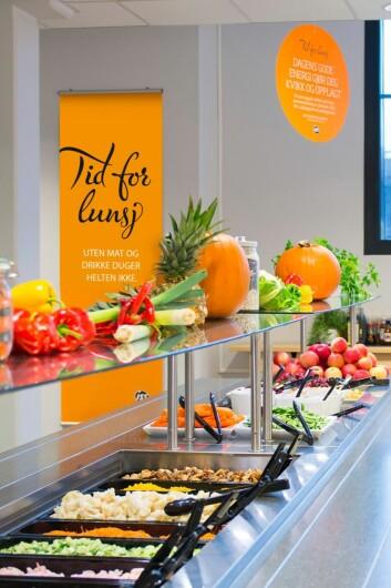 I personalkantinene var salatbaren populær, både til kalde og varme lunsjretter. (Foto: Stian Throndsen / ISS Facility Services)
