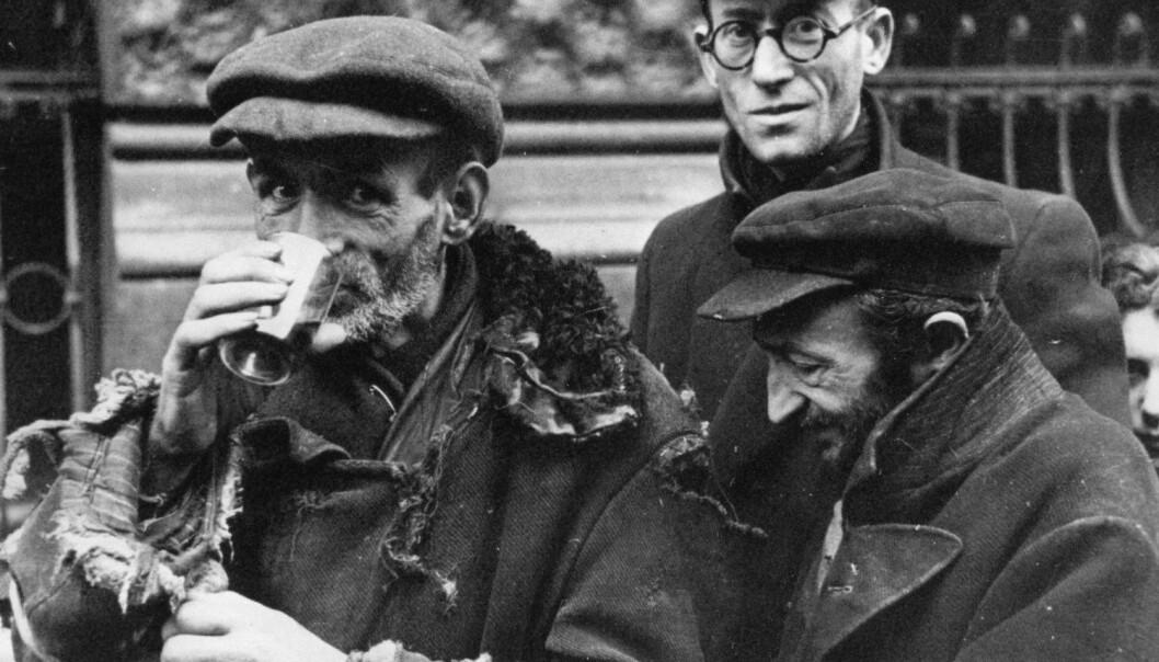 En jøde fikk en rasjon på 184 kalorier per dag i Polen i 1941. Nazistenes plan var å la dem sulte ihjel i gettoene, men hjelpeorganisasjoner og kreative smuglere jobbet hardt for å holde befolkningen i live. Bildet er fra tidlig i 1941, utsultingen skulle vare i over to år til. (Foto: Albert Cusian og Erhard J. Knobloch / NTB scanpix)