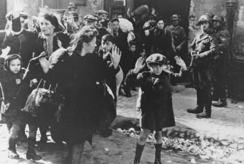 Beboerne av gettoen i Warszawa ble sendt til utryddelsesleirene i april 1943. 750 av dem gjorde motstand. (Foto: AP Photo)