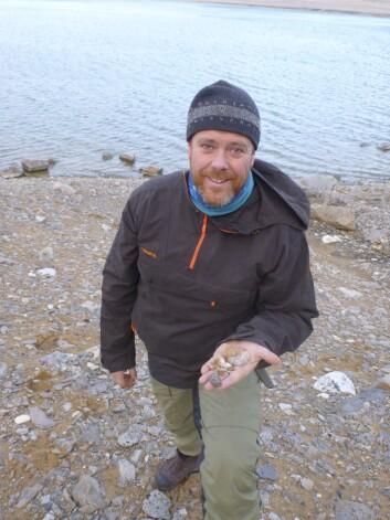 Jørgen Berge med fossile skjell fra Rijpfjorden på Svalbard. Blåskjell levde på Svalbard i varme perioder etter siste istid, men hvilke arter bodde her den gangen? DNA fra disse fossilene har ikke latt seg isolere. (Foto: Colin Griffiths /SAMS/UiT)