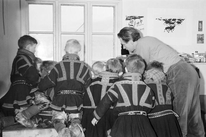 Et kunstnerektepar var på besøk på skolen i Kautokeino og lot ungene joike. Det er akkurat denne dagen i februar 1953 at historia om joikeforbudet begynner. (Foto: Elisabeth Brokke)