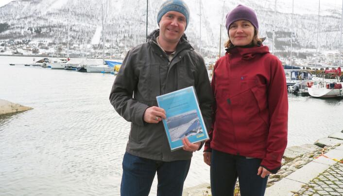 Stephen Hudson er medforforfatter i MOSJ-rapporten om klimaendringene på Svalbard og Therese Sigurdsen er MOSJ-koordinator, begge arbeider ved Norsk Polarinstitutt.  (Foto: Elin Vinje Jenssen / Norsk Polarinstitutt)