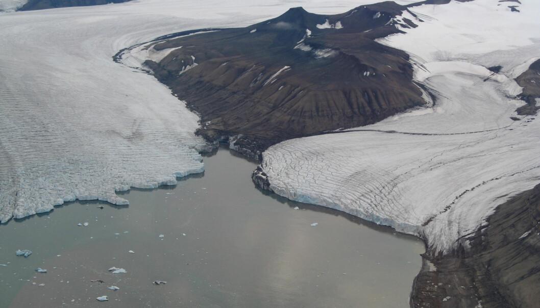 Isbreer på Svalbard mister mer is gjennom smelting og kalving enn hva de legger på seg. Dette tapet av masse og areal endrer landskapet og bidrar til havnivåstigning. På bildet ser vi breene Petermannbreen, Perthesfjella og Johansenbreen. (Foto: Anders Skoglund / Norsk Polarinstitutt)