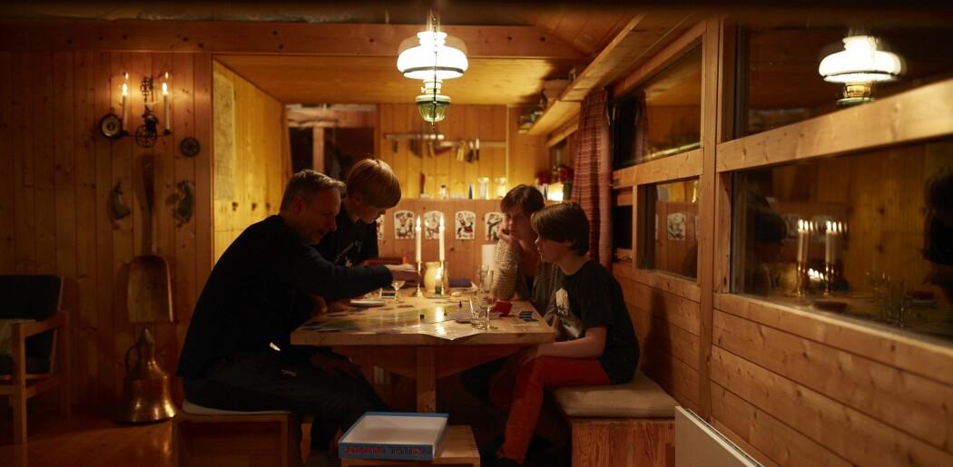 Hyttekos med brettspill, levende lys og fyr på peisen er bare en del av hyttekulturen. (Foto: Haakon Harriss, Norsk Folkemuseum)
