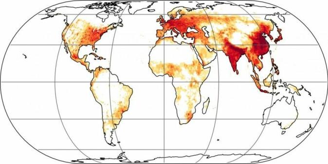 I de mørkerøde områdene kan vi unngå flest dødsfall hvis vi stanser alle utslipp fra kull, olje og gass. Danmark er blant de mørkere områdene, fordi det ifølge Ole Hertel driver mange helseskadelige partikler inn over landet som kommer fra Europa. (Illustrasjon: Max Planck Institute for Chemistry)