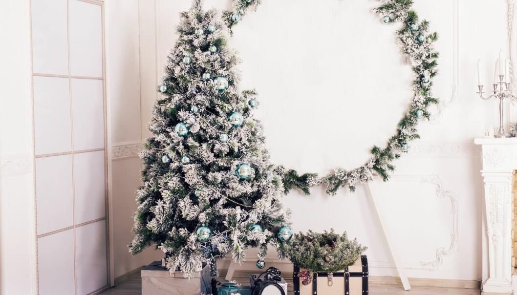 Mange velger kunstig juletre fordi det er praktisk eller på grunn av allergi. Men for miljøet er all plasten et problem.  (Foto: Colourbox)