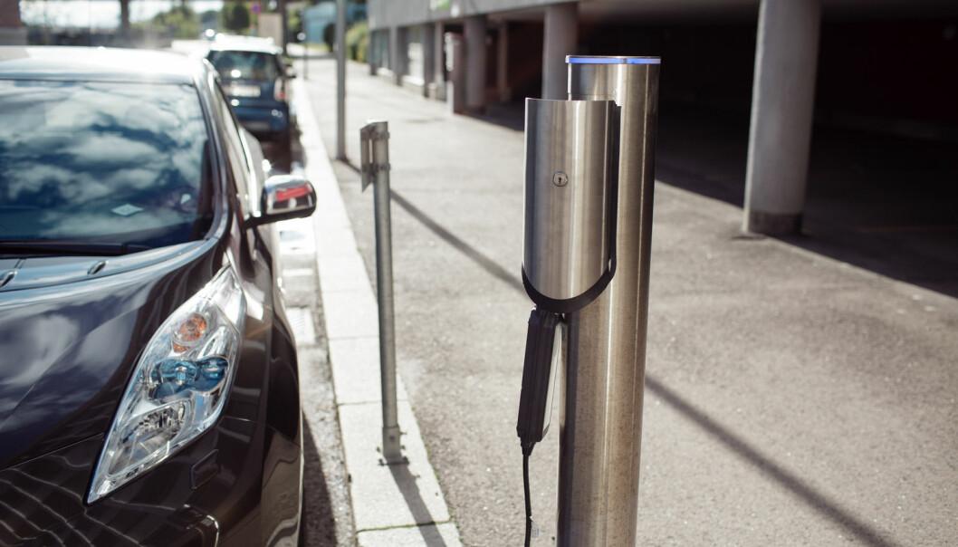 Flere elbiler står og lader selv om de skal brukes først neste dag. Kanskje vil du i framtida få billigere strøm hvis du lader i perioder med mindre belastning på strømnettet, foreslår professor. (Foto: Shutterstock / NTB scanpix)