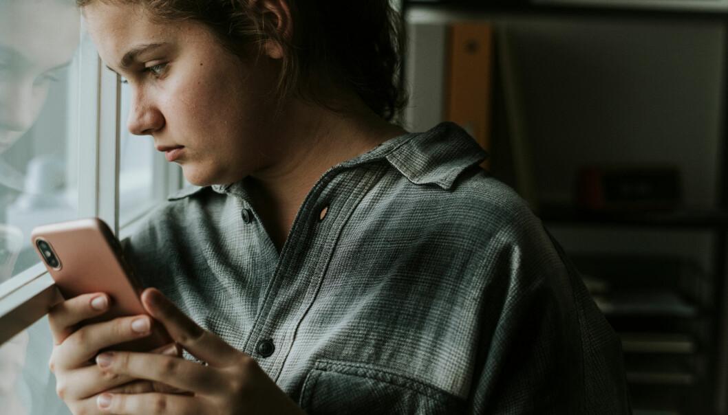 Å ha en mobil tilgjengelig hele døgnet og vite at det når som helst kan tikke inn noe negativt, kan i seg selv være ganske angstfremmende, mener forsker. (Foto: Shutterstock)