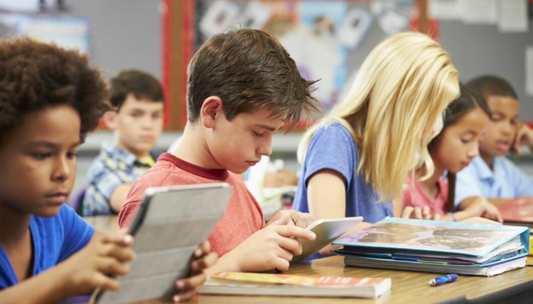 Tospråklige barn bruker medelever som snakker samme morsmål til å få støtte til å forstå og løse oppgaver, eller for å forstå hva læreren har sagt. (Illustrasjonsfoto: Colourbox)