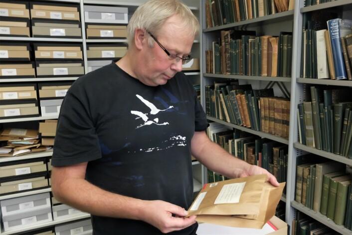 Einar Timdal har åpnet konvolutten og vi kan skimte en liten lavdott. (Foto: Eivind Torgersen)
