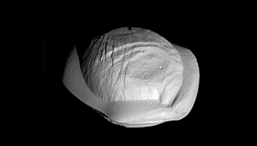 Dette er månen Pan sett fra Cassini. Pan er omtrent 34 kilometer lang. (Bilde: NASA)