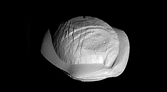 Forskere har sett nærmere på noen av Saturns små og merkelige måner