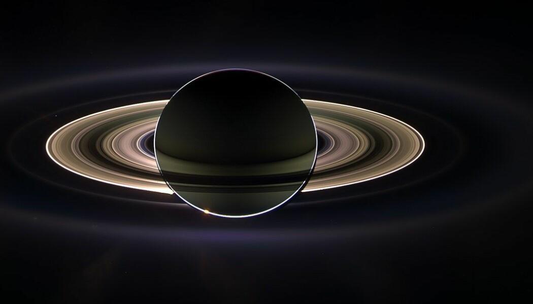 Saturn foran solen, sett av Cassini. Her kan du tydelig se de forskjellige ringene. Saturn er nesten 380 000 kilometer rundt ekvator, mot jordens 40 000 kilometer. (Bilde: NASA/JPL)