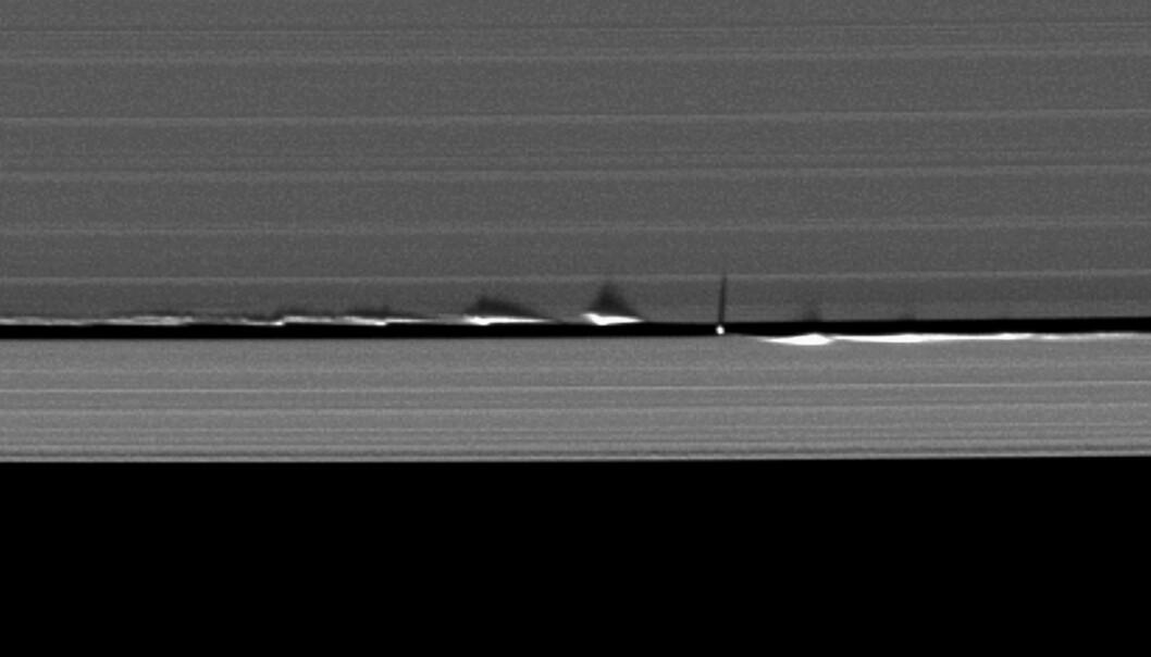 Dette bildet viser hvordan månen Daphnis skaper bølger i Saturns ringer. Daphnis er den lille prikken, mens linjene du ser er ringene. (Bilde: NASA/JPL)