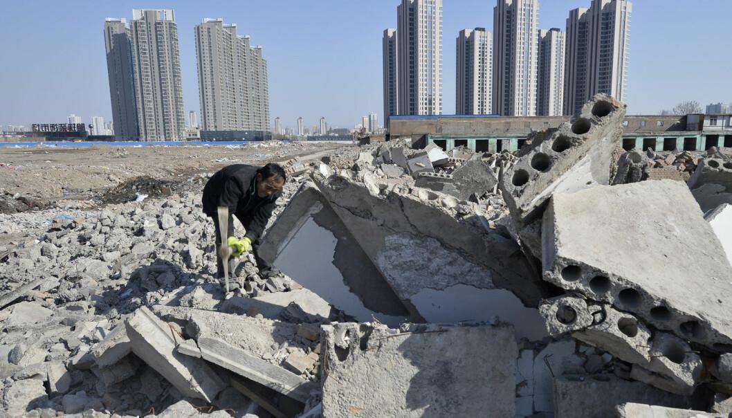 Betong knuses for gjenvinning i Taiyuan i Shanxi-provinsen i Kina. Kina er suverent verdens største betong-forbruker og produsent, og lager mer enn halvaparten av all sementen i verden. (Foto: Jon Woo/Reuters/NTB Scanpix)