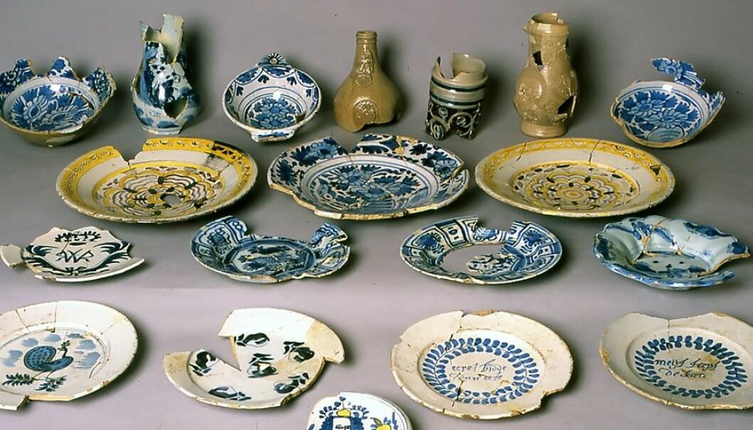 Steintøy fra rundt 1700. Dette ble kastet i en binge. (Foto: NIKU, Riksantikvaren)