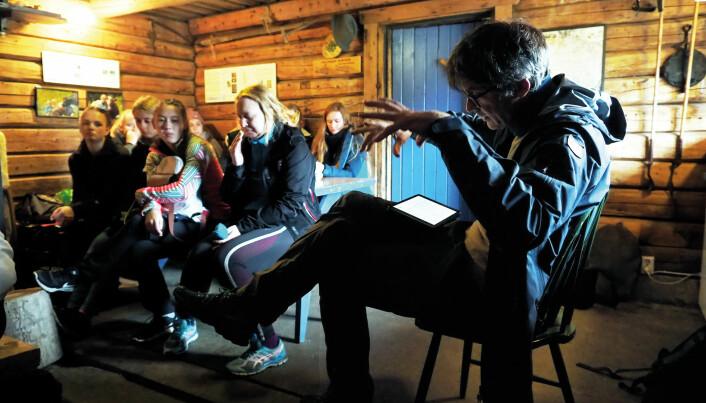 – Politikerne vet godt hva de burde gjøre med klimakrisen: Skru prisen kraftig opp på alle CO2-utslipp, sier Per Espen Stoknes til studentene, som kombinerer forelesning med formiddagsmat på Frønsvollen. (Foto: Ola Sæther)