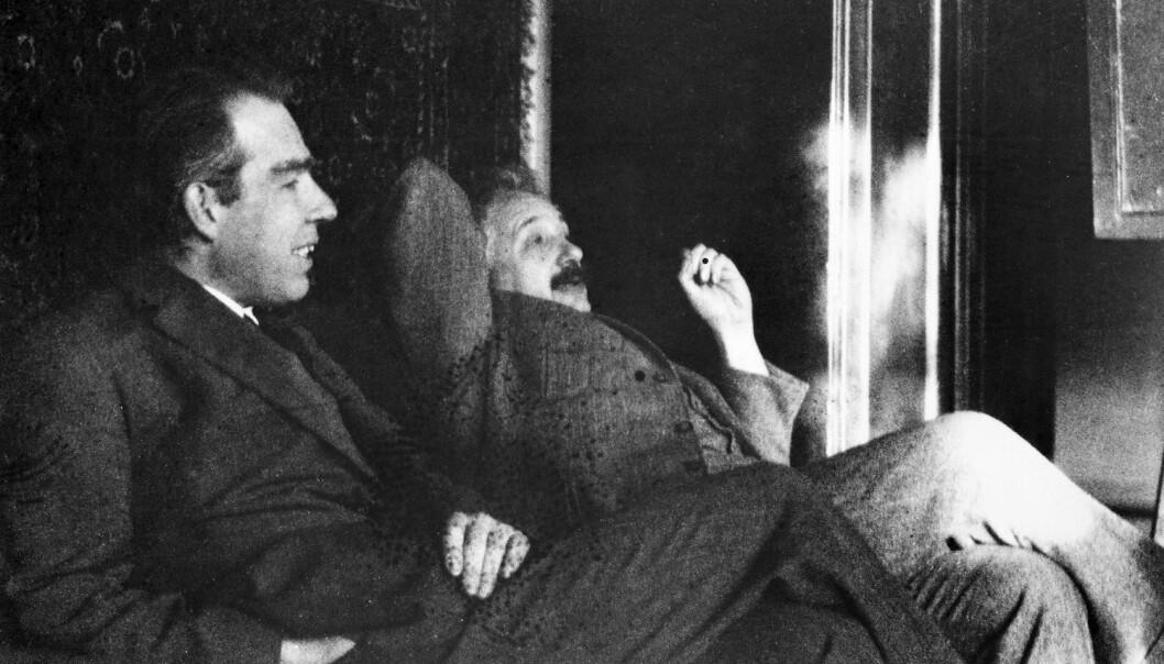Danske Niels Bohr og tysk-sveitsiske Albert Einstein fotografert sammen en gang på slutten av 1920-tallet. Bohrs kvantefysiske teorier var harde å svelge for Einstein. (Foto: Science Photo Library/NTB scanpix)