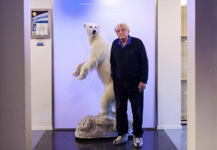 Ei ung utgåve av Arktis' konge, isbjørnen. Ola M. Johannessen til høgre. (Foto: Ingvild Festervoll Melien)