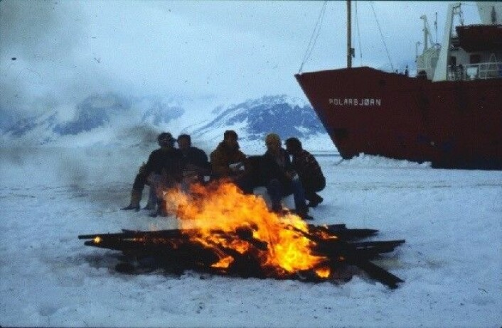 St. Hans fest på tokt med Polarbjørn på isen under NORSEX´79 (Norwegian Remote Sensing Experiment) ledet av Ola M. Johannessen. (Foto: Nansensenteret)