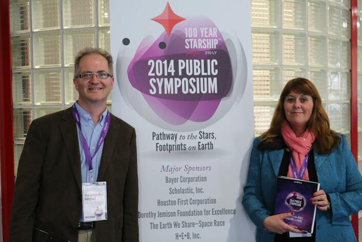Anne Mette Sannes og Knut Jørgen Røed Ødegaard på konferansen 100 Year Starship i Houstun i 2014. (Foto: Sannes/Røed Ødegaard)
