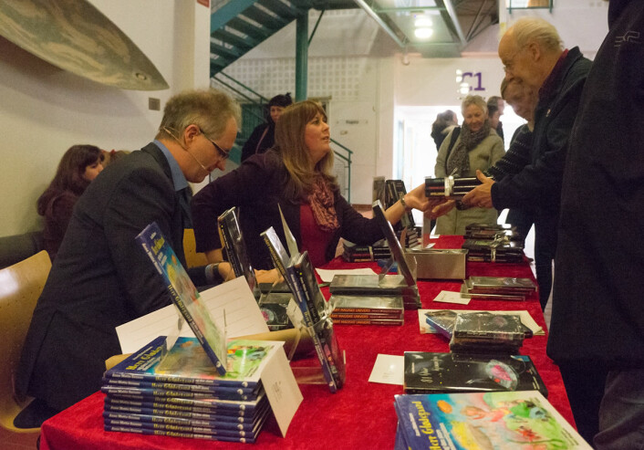 Jan Tore Vidskjold får den signerte trilogien Ad Astra av Anne Mette Sandnes. Trilogen er skrevet av ekteparet og handler om en reise til et annet solsystem. (Foto: Arnfinn Christensen, forskning.no)
