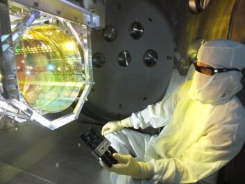 Det trengs perfekt utstyr hver gang man skal lete etter gravitasjonsbølger. Her sørger en i LIGO for at det ikke er noe forurensning på den optiske overflaten. (Foto: Matt Heintze/Caltech/MIT/LIGO Lab)